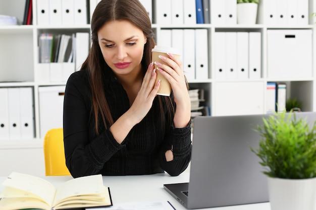 Pięknej brunetki urzędnika kobiety uśmiechnięta praca