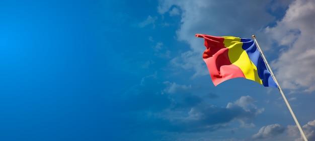 Pięknej flagi państwowej rumunii na błękitne niebo