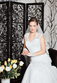 Pięknej i mody panny młodej w luksusowe wnętrze