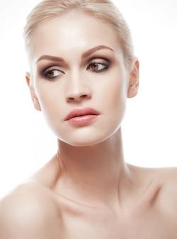Pięknej kobiety dziewczyny makeup naturalny portret z smokey ono przygląda się na białym tle