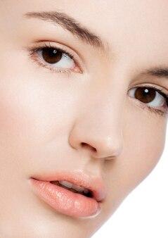 Pięknej kobiety dziewczyny makeup zdroju skóry opieki naturalny portret na białym tle