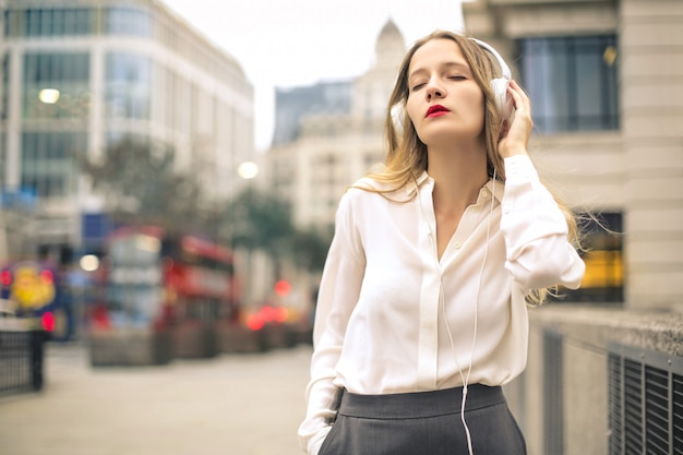 Pięknej kobiety słuchająca muzyka z hełmofonami