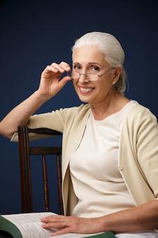 Pięknej rozochoconej starej kobiety czytelnicza książka.
