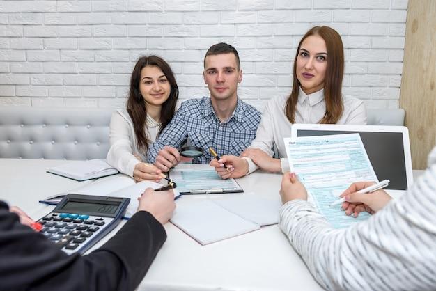 Piękni doradcy finansowi z formularzem podatkowym 1040 w biurze