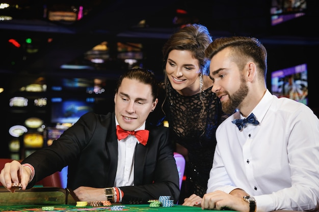 Piękni i bogaci ludzie grający w ruletkę w kasynie