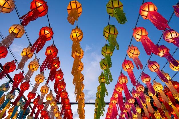 Piękni kolorowi lampiony w yee peng latarniowym festiwalu przy watem phra który hariphunchai w lamphun, tajlandia.