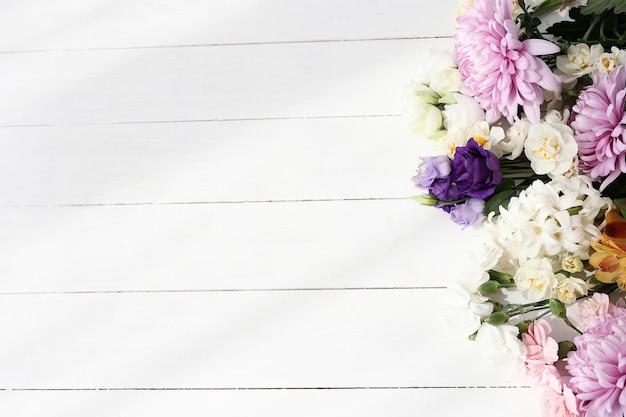 Piękni kwiaty na drewnianym tle