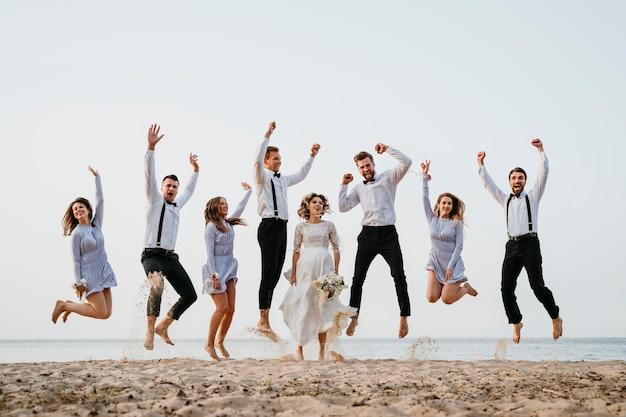 Piękni ludzie świętujący wesele na plaży