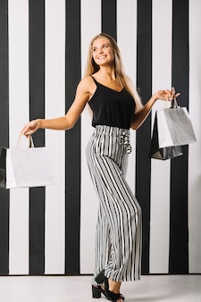 Piękni młodej kobiety mienia torba na zakupy