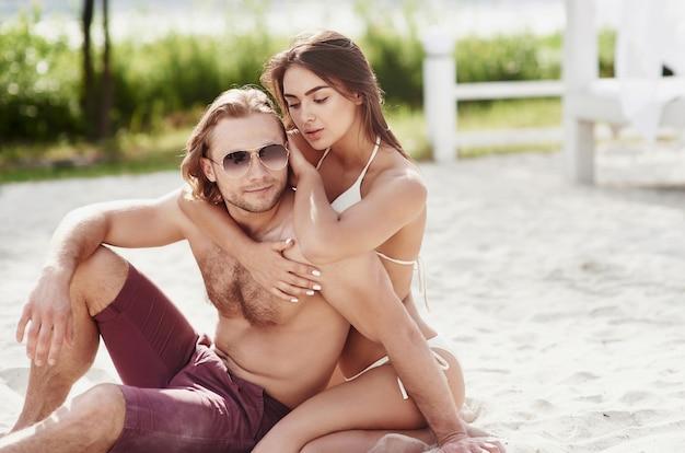 Piękni młodzi ludzie to lubią. mężczyzna trzyma kobietę na ramionach, są zabawni i romantyczni