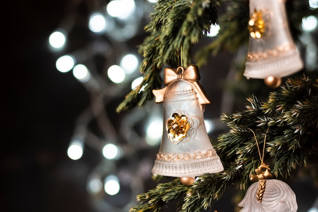 Piękni ornamenty w choinki zakończeniu