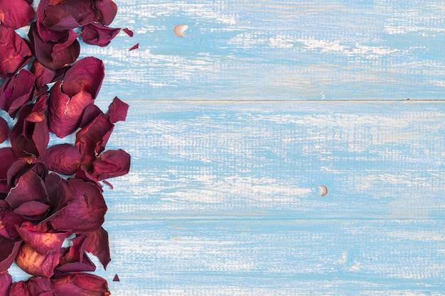 Piękni płatki róż na nieociosanym roczniku. stare drewniane deski.