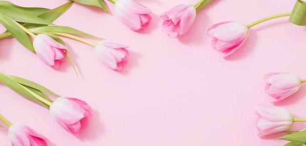 Piękni różowi tulipany na menchia stole