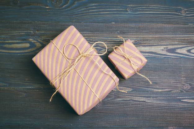 Piękni zawijający prezenty na ciemnym drewnianym tle
