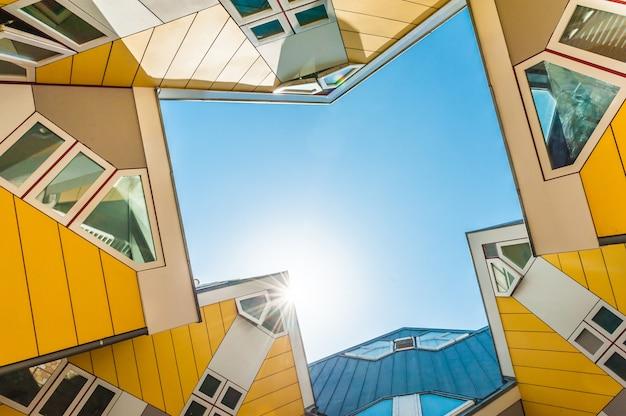 Piękni żółci sześcianów domy w rotterdam
