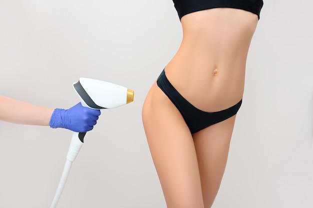 Pięknie dopasowany kobiecy ciało z gładką miękką skórą w czarnej bieliźnie na białym tle. laserowe usuwanie włosów i kosmetologia. koncepcja depilacji i spa. wolne miejsce na banerze dla tekstu