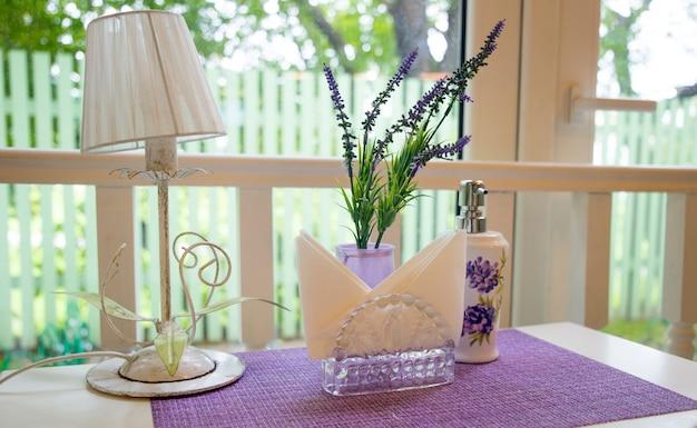 Pięknie nakryty stół w liliowych kolorach