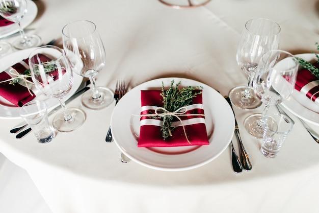 Pięknie podany stół bankietowy