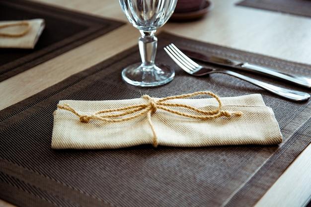 Pięknie podany stół w restauracji. selektywne ustawianie ostrości