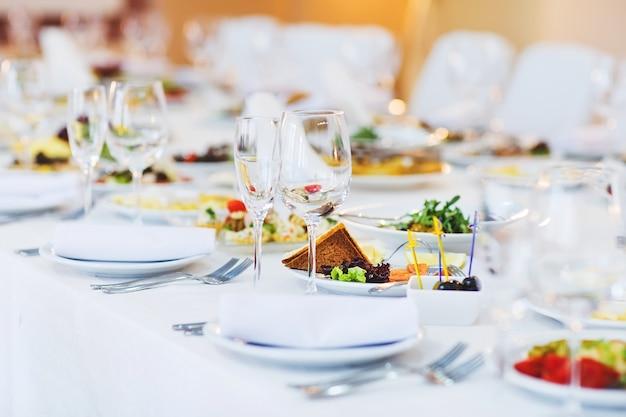 Pięknie podany stół w restauracji
