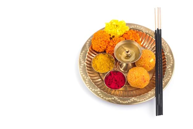 Pięknie udekorowana pooja thali na festiwal