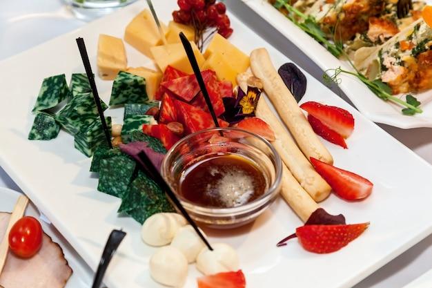 Pięknie udekorowane przekąski na cateringowy stół bankietowycatering na imprezy