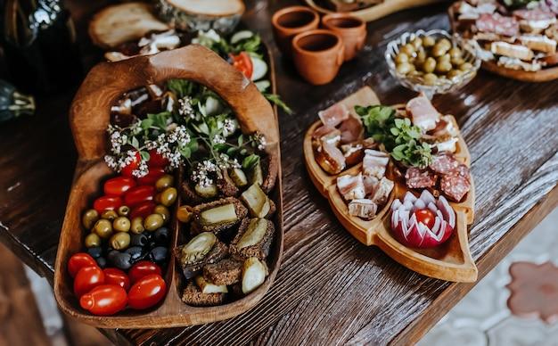 Pięknie Udekorowane Przekąski Na Stole Bankietowym Przed świętami. Gastronomia Jedzenie I Picie Na Weselu Premium Zdjęcia