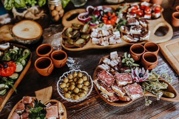 Pięknie udekorowane przekąski na stole bankietowym przed świętami. gastronomia jedzenie i picie na weselu