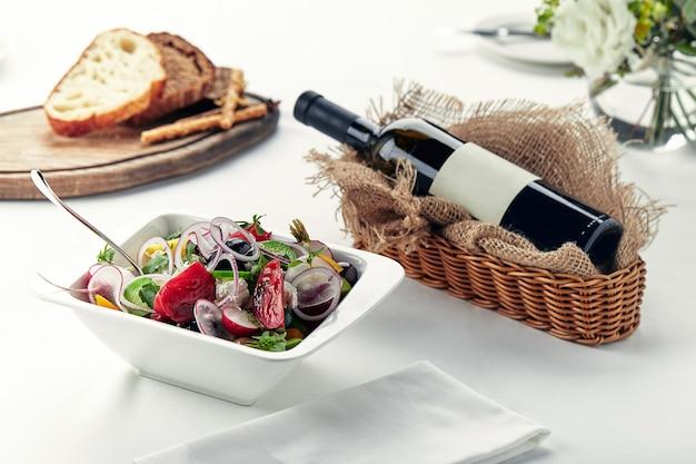 Pięknie udekorowany cateringowy stół bankietowy z różnymi przekąskami i przystawkami.
