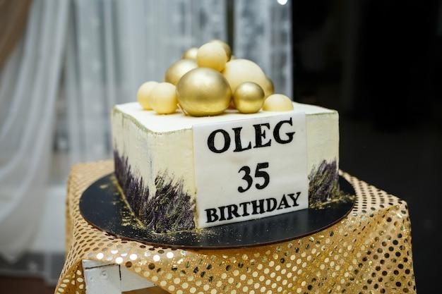 Pięknie udekorowany słodki stół bufetowy na którym ciasta, babeczki, pianki, orzechy pekan. stół deserowy na imprezę, gadżety na wesele. ścieśniać. batonik.
