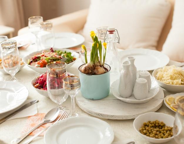 Pięknie udekorowany stół z wegańskim menu