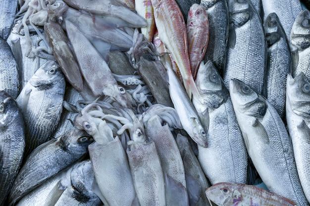 Pięknie ułożone świeże ryby na ladzie na lodzie. zbliżenie.