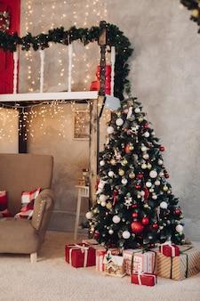 Pięknie urządzony pokój w koncepcji bożego narodzenia nowy rok
