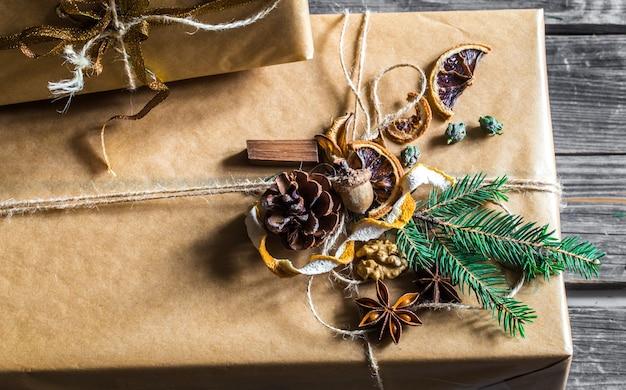 Pięknie zapakowany prezent na drewnianej ścianie