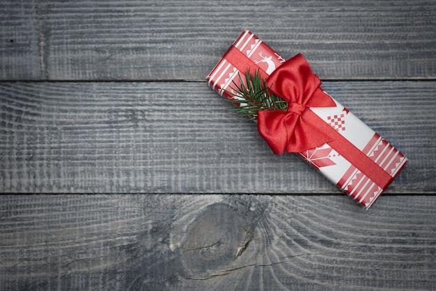 Pięknie zapakowany prezent z czerwoną wstążką