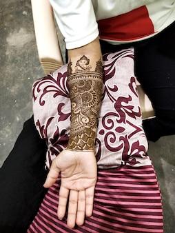 Pięknie zdobione indyjskie dłonie z mehandi zwykle robionym na wesela