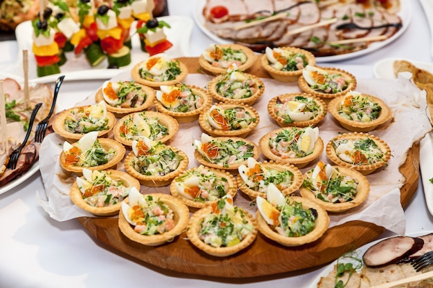 Pięknie zdobione przekąski na cateringowy stół bankietowy. catering na imprezy okolicznościowe przekąski f