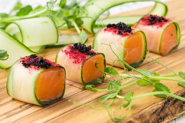 Pięknie zdobiony cateringowy stół bankietowy z przekąskami i przekąskami na imprezę firmową lub wesele
