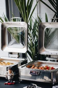Pięknie zdobiony cateringowy stół bankietowy z różnymi przekąskami i przekąskami na firmowe przyjęcie urodzinowe lub wesele