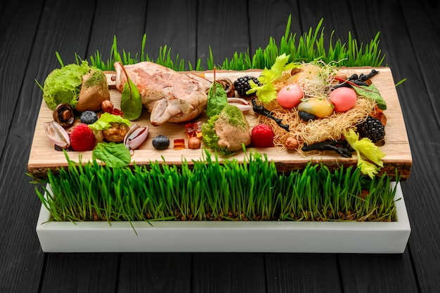 Pięknie zdobiony cateringowy stół bankietowy z różnymi przekąskami