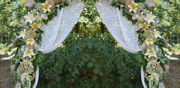 Pięknie zdobiony łuk ślubny na uroczystość plenerową