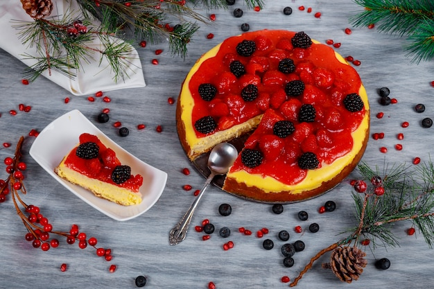 Pięknie zdobiony sernik na boże narodzenie, stół noworoczny.