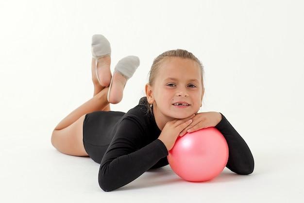 Piękno akrobata ćwiczy gimnastyczną jogę na białym tle na białej przestrzeni