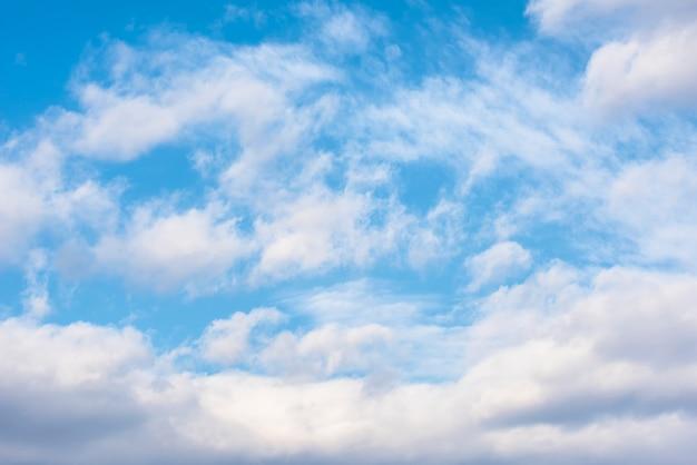 Piękno bielu chmura i niebieskie niebo