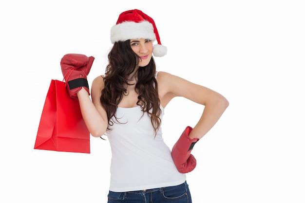 Piękno brunetka w bokserskich rękawiczkach z torba na zakupy
