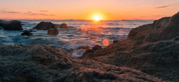 Piękno ciepły letni zachód słońca nad morzem