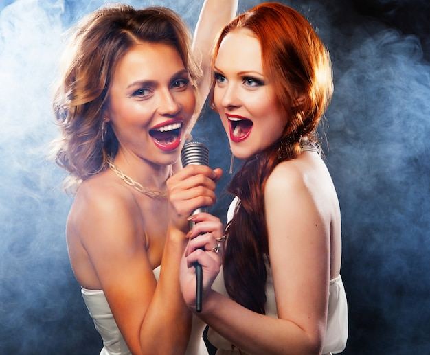 Piękno dziewczyny z mikrofonem śpiewają i tańczą