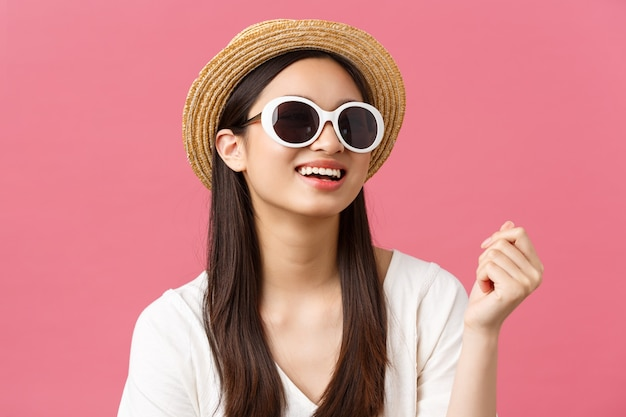 Piękno emocje oraz koncepcja wypoczynku i wakacji stylowa młoda azjatycka kobieta ciesząca się spacerowaniem po plaży w...