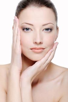 Piękno i świeżość młodej kobiecej twarzy - białe tło