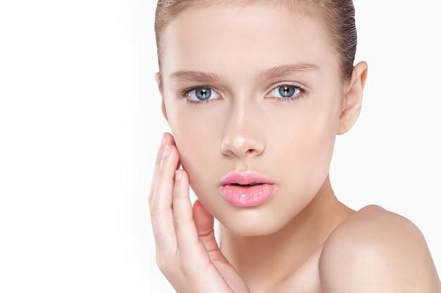 Piękno kobiecej twarzy. naturalny makijaż, różowe usta, czysta skóra. na białym tle.